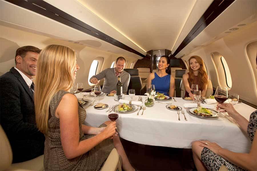 Dentro do avião, cabe essa mesa de 6 lugares e espaço para refeições