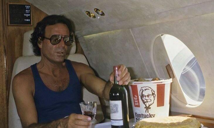 O que falta em uma viagem de primeira classe? Foto de Julio Iglesias de 1986 responde