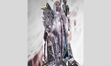 Depois de Lady Gaga, você será a próxima a aderir à moda do sutiã de metal?