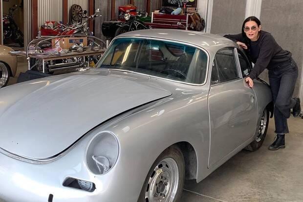 Demi Moore posa com Porsche antigo avaliado em R$ 1,4 milhões
