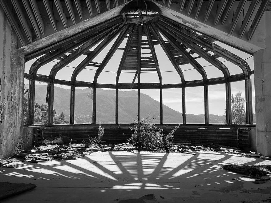 Fotógrafo registra hotéis de luxo abandonados após guerra da antiga Iugoslávia; veja fotos