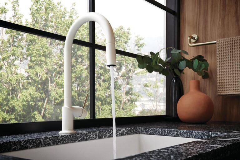 Estilista Jason Wu traz design moderno para pia da cozinha com torneiras de R$ 3,6 mil
