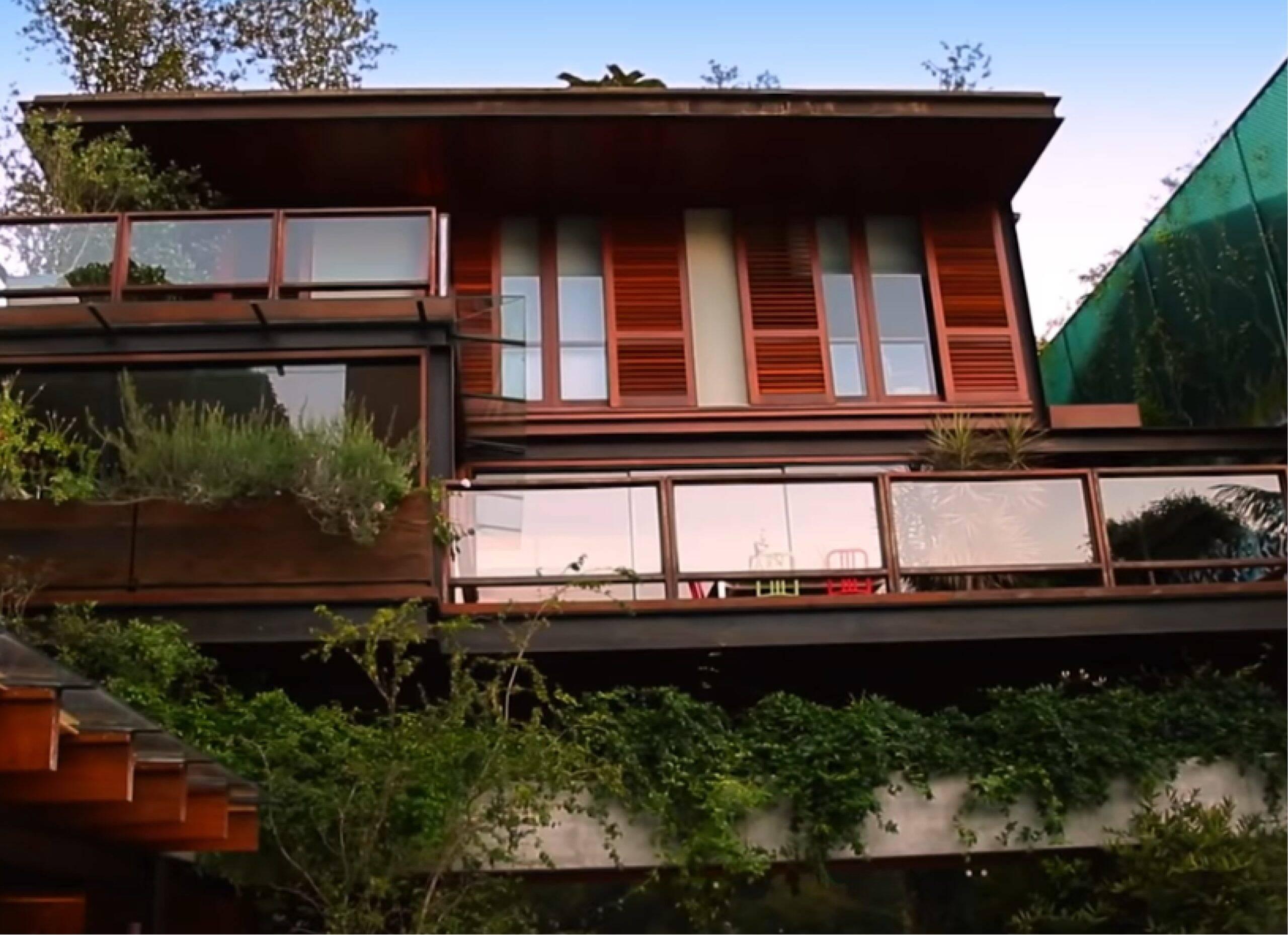 Pedro Bial abre mansão com pau-brasil centenário no quintal e sofá de R$ 120 mil