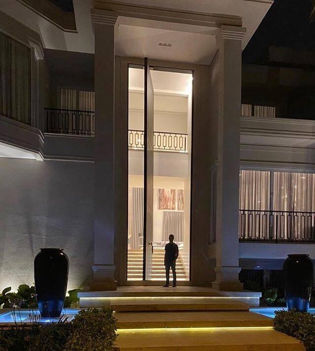 Porta gigante da mansão de Rodrigo Faro surpreende internautas e vira piada