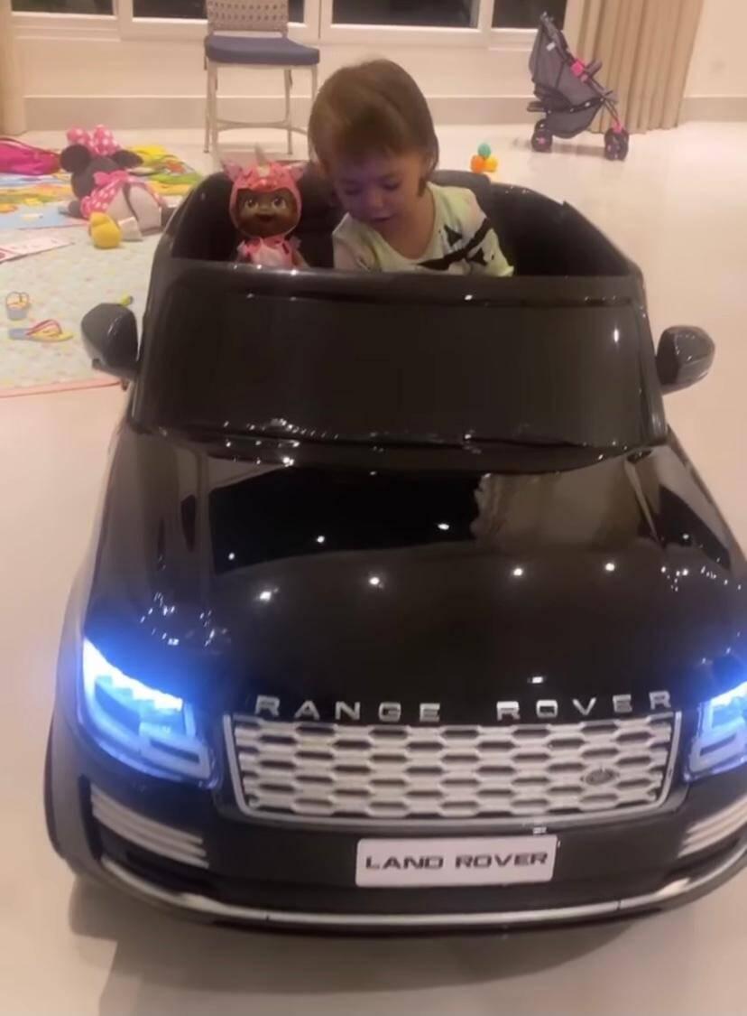 Filha de Sabrina Sato e Duda Nagle ganha carro elétrico importado de R$ 4,2 mil