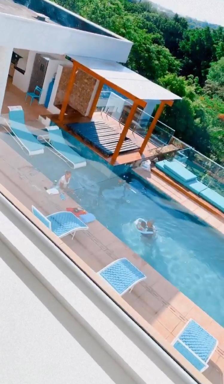 Mayra Cardi impressiona ao mostrar tamanho da piscina em sua mansão