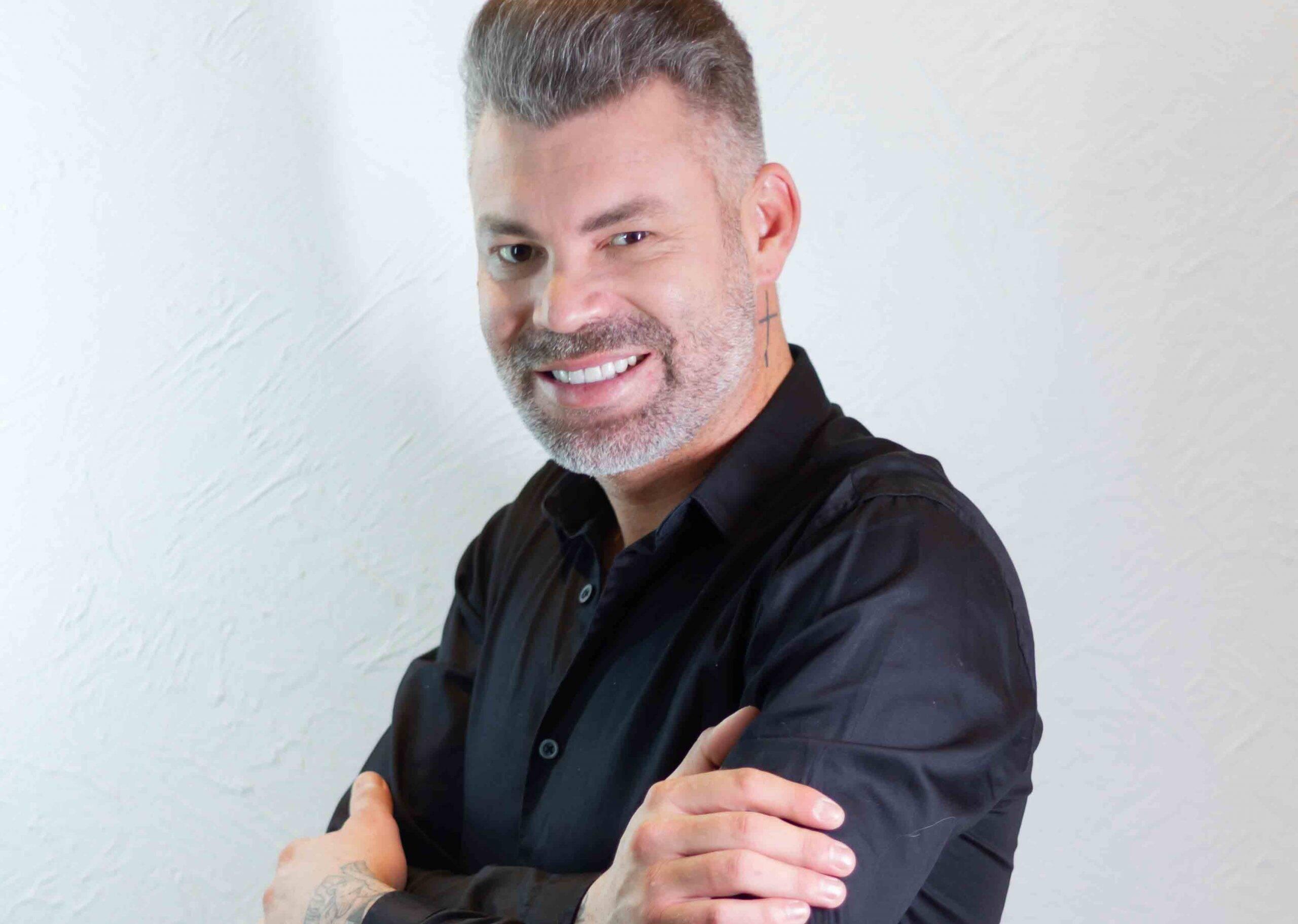 Cabeleireiro influencer: sucesso em todo Brasil, Nell Carmo é considerado o 'Rei do corte Chanel'. Foto: Divulgação