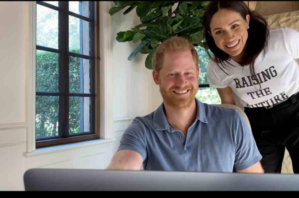 Camiseta branca de Meghan Markle custa R$ 200 e já esgotou. Veja a mensagem estampada!. Foto: reprodução Youtube