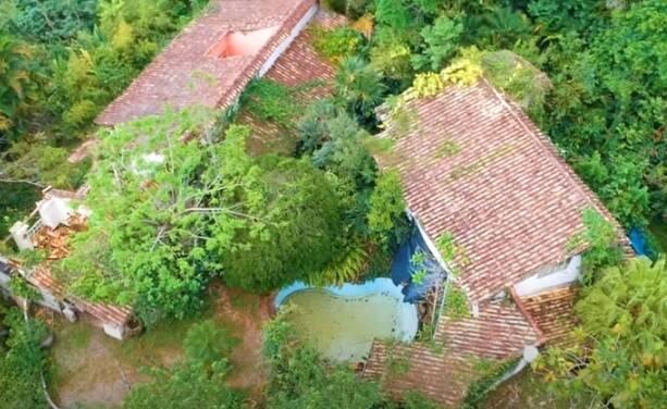Casa de praia de Clodovil Hernandes está em ruínas. Foto: Reprdução/YouTube