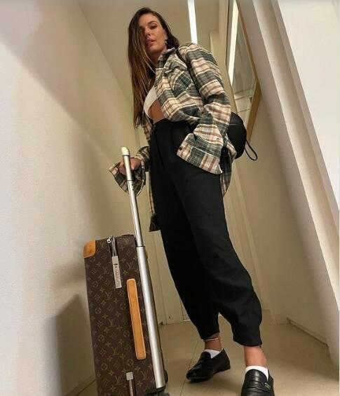 Isis Valverde posa com mala LV de R$ 17 mil. Fotos: Reprodução/Instagram