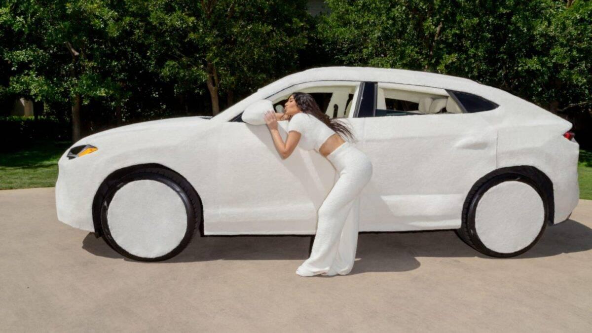 Kim Kardashian a sua Lamborghini Urus de pelúcia. Fotos: Reprodução/Instagram