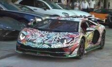 Artista faz pintura à mão em Lamborghini.