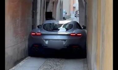Ferrari fica entalada na Itália. Foto: Reprodução/YouTube Supercar News
