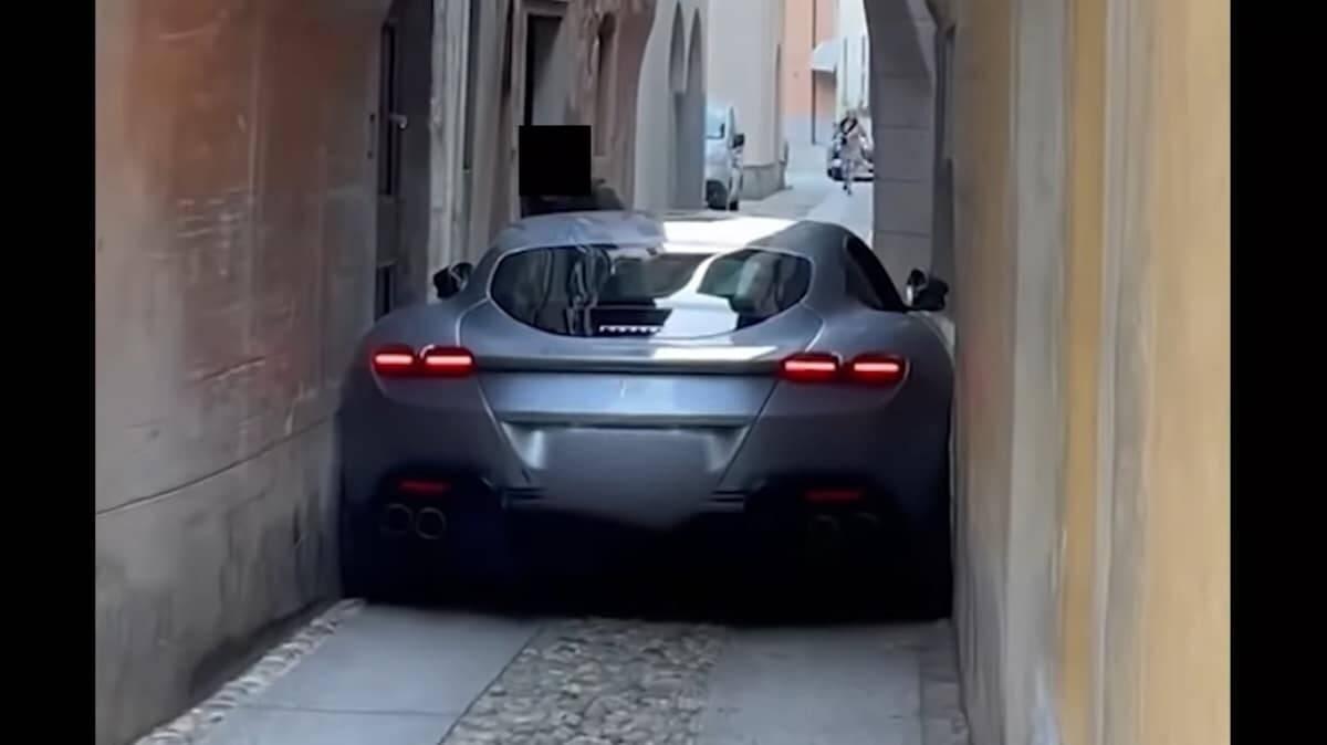 Ferrari fica entalada em Roma. Foto: Reprodução/YouTube Supercar News