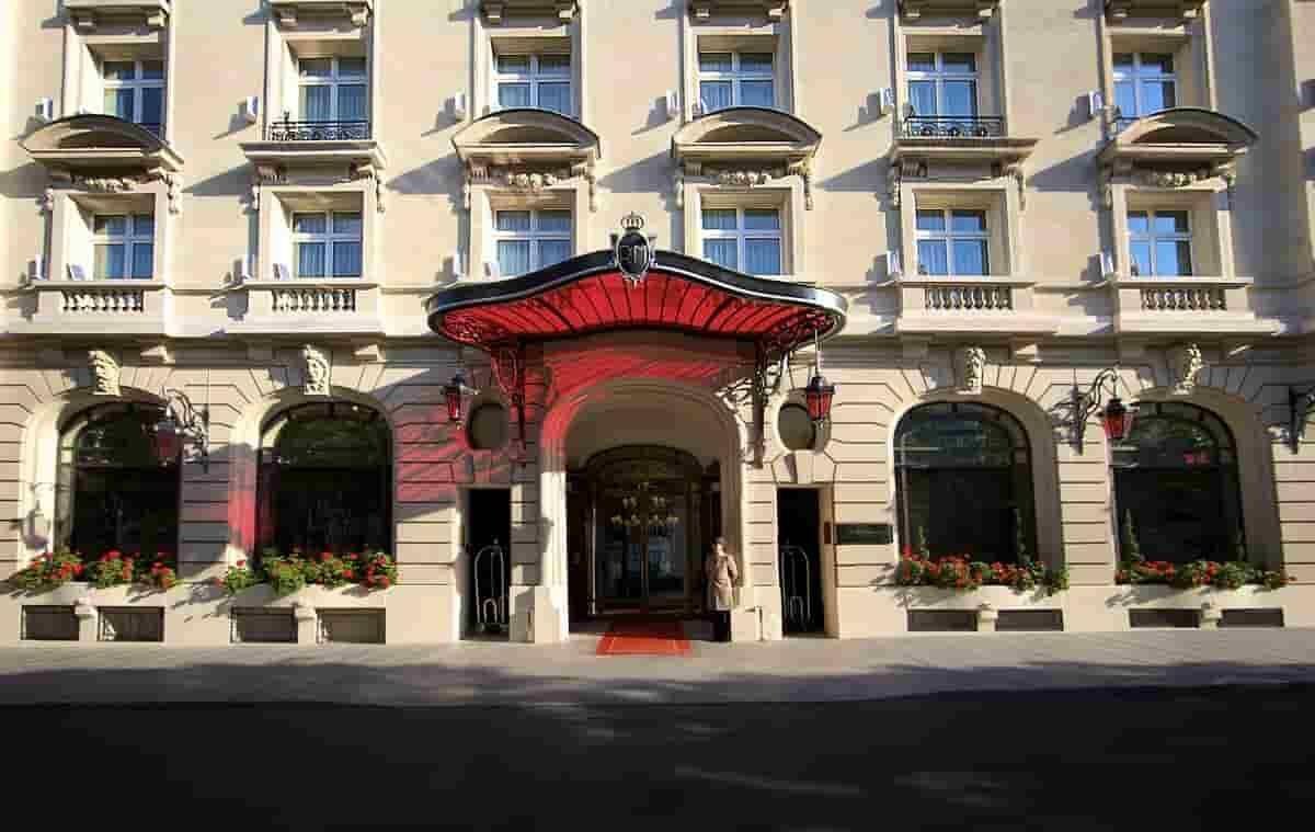 Le Royal Monceau, hotel de luxo em que Messi ficará hospedado nos primeiros dias em Paris, na França. Foto: Reprodução/Facebook