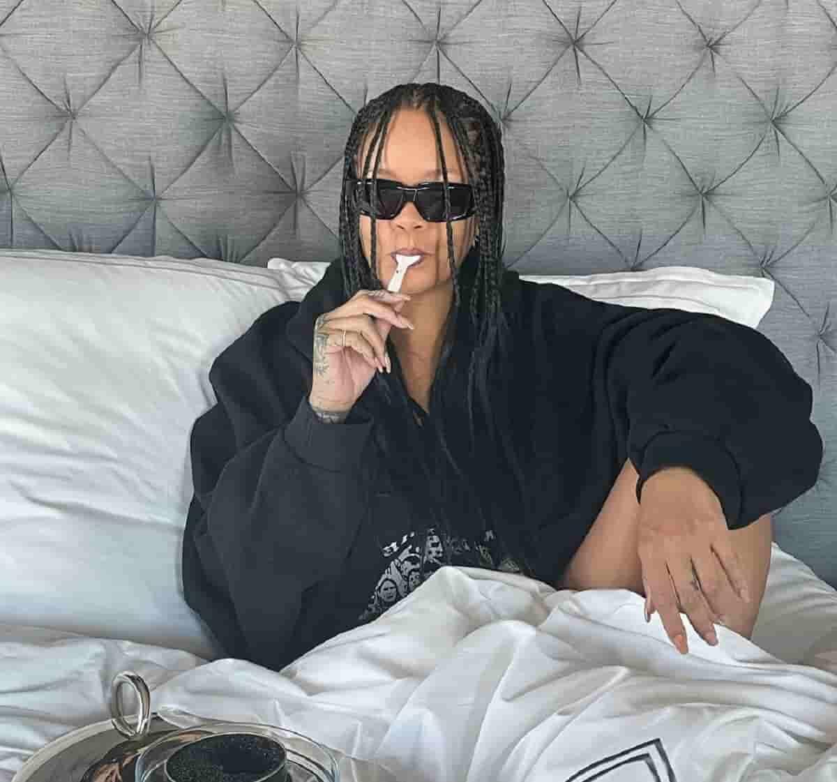 Rihanna come caviar na cama para comemorar venda de perfume de sua marca, Fenty. Fotos: Reprodução/Instagram