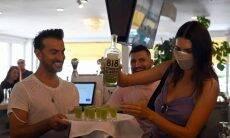 Kendall Jenner serve sua Tequila 818. Foto: Reprodução/Instagram