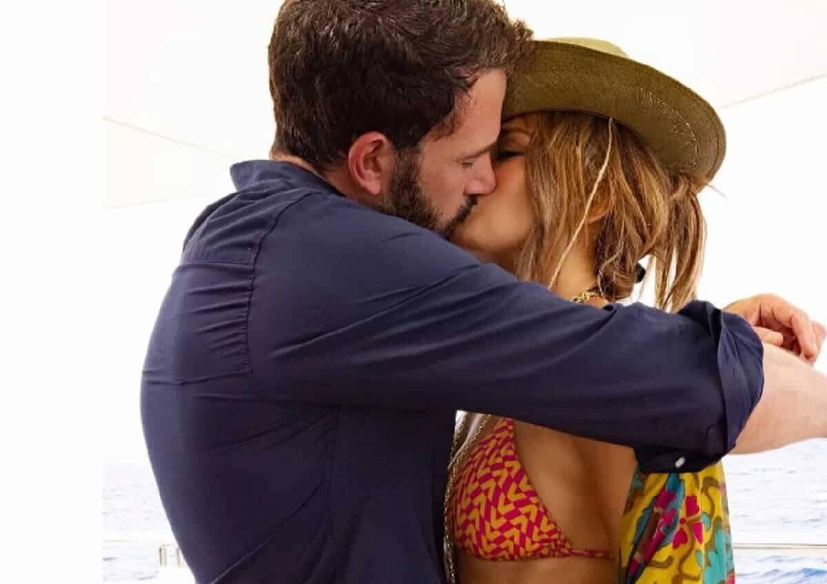 Ben Affleck e Jennifer Lopez se beijando. Foto: Reprodução/Instagram
