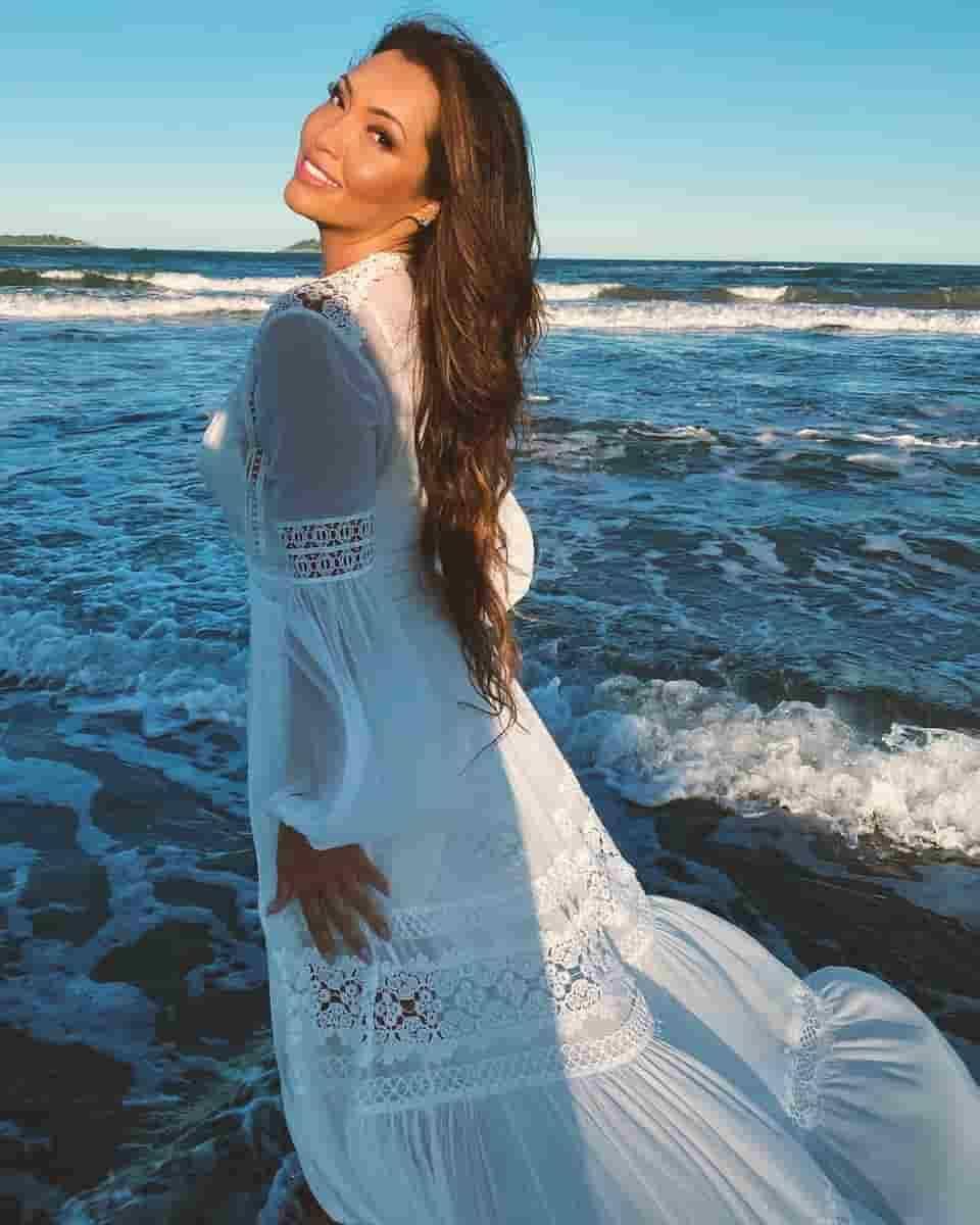 A cantora Karinah, nova proprietária da mansão. Foto: Reprodução/Instagram