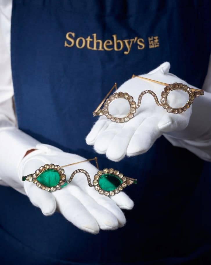 Óculos do Império Mogol, século 17, feitos de pedras preciosas serão leiloados. Fotos: Divulgação/Sotheby's