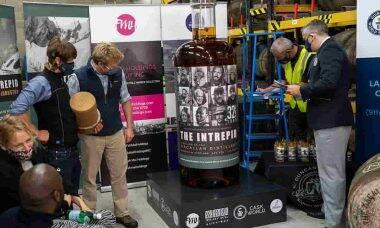 Maior garrafa de whisky do mundo será leiloada. Fotos: Divulgação/ Fah Mai Holdings Inc.