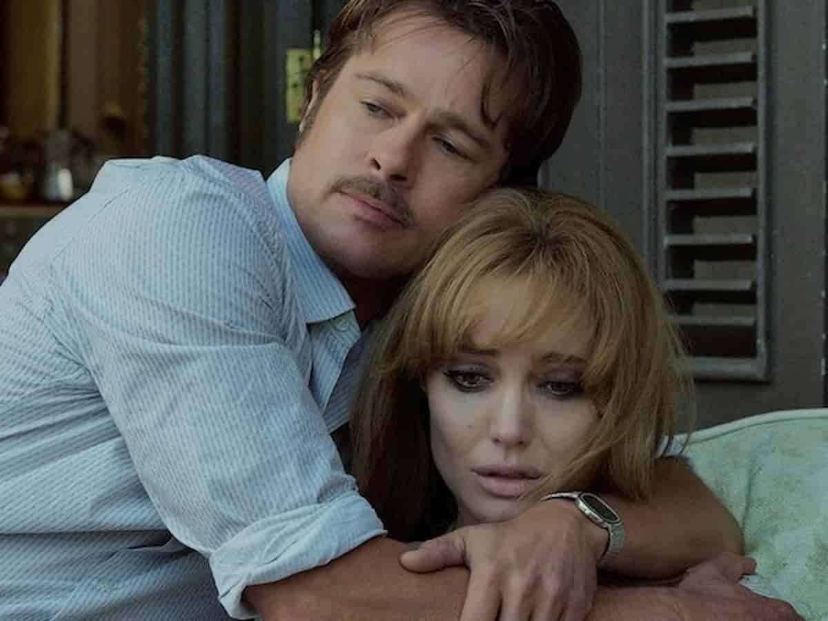 """Brad Pitt como Roland consolando Angelina Jolie Pitt como Vanessa em """"By the Sea"""", dirigido por Jolie Pitt. Foto: Divulgação/Universal Pictures"""