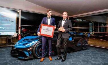Frank Heyl e Nils Sajonz receberam o prêmio para o Bolide na premiação 2021, em Paris. Fotos: Divulgação/Bugatti
