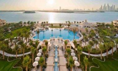 Resort de luxo abre em Dubai com lustres Swarovski. Fotos: Divulgação/ Raffles The Palm Dubai
